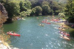 Escolares en canoas en un lago de Asturias