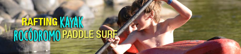 Escolares disfrutando de sus convivencias en un kayak