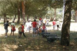 Niños en un campo disfrutando de sus convivencias
