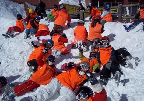Grupos de escolares en viaje de esqui a Astún