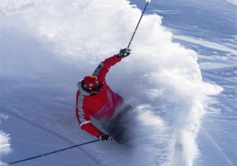 Esquiando en el viaje de esqui en Astún