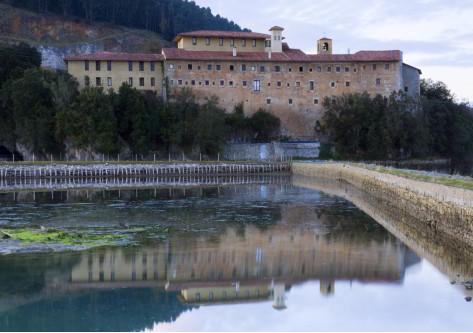 Edificio y lago de cantabria