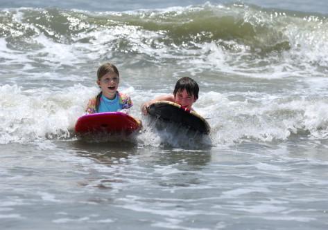 Niños pareacticando surf en cantabria