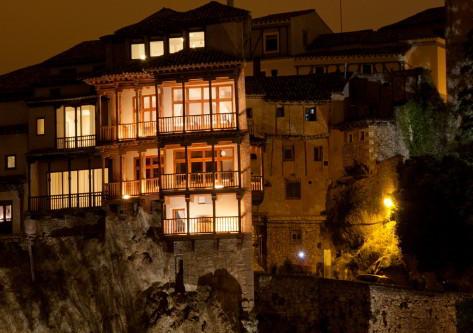 Casas colgantes iluminadas en cuenca