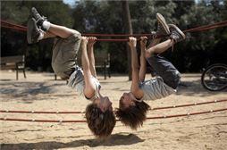 Chicos jugando en Viaje de Fin de Curso Cultural y Aventura a Lisboa