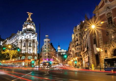 Grán vía de Madrid iluminada por la noche