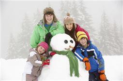 ofertas de esquí, niños con mñeco de nieve