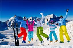 Chicos saltando después de esquiar en Astún