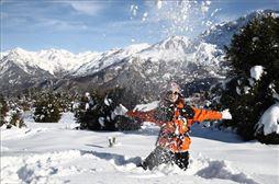 niño tirando nieve en el Pirineo Catalán