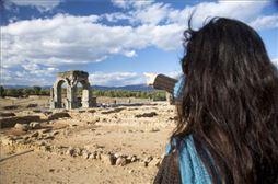 Jerte chica mirando ruinas