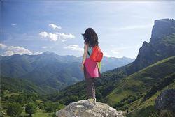 Cantabria Estudiante observando los montes de cantabria
