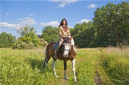 Chica en un caballo en su viaje de estudiantes a Medina del Campo