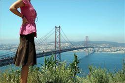 chica viendo un puente en Lisboa