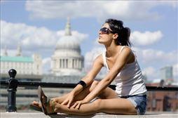 chica sentada en puente de Londres