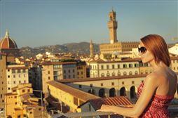 Chica observando la ciudad de Roma