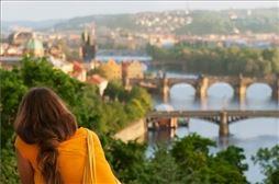 Chica con vistas de Puente de Praga