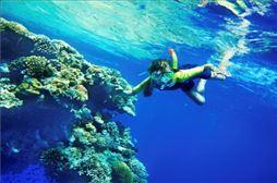 niño con snorkel en suv iaje Islas Medas
