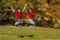 Alumnos saltando en el campo