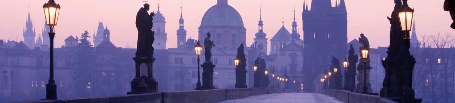 Vistas de un puente en la ciudad de Praga