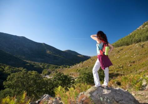 Chica viendo el Valle del tiétar en Gredos