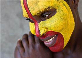 Estudiante con la cara pintada en su colegio