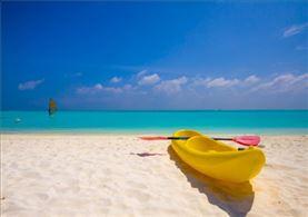 Barca en la playa en  Viaje Náutico