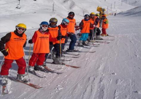 Grupos de estudiantes en viaje de esqui a Astún